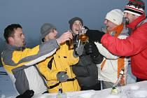 U chaty Javorka si návštěvníci udělali party přímo na sněhu a zahájení sezony slavili až do noci.