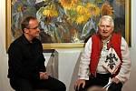 S Josefem Lažou (vpravo) si v neděli 9. listopadu 2014 v Informačním centru Zvonice na Soláni u příležitosti jeho 75. narozenin povídal Jan Rokyta mladší.