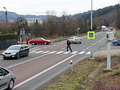 Radar nutí řidiče na křižovatce v Potůčkách zpomalit. Tím přispívá k větší bezpečnosti chodců a také snazšímu výjezdu aut ze sídliště Rybníky.