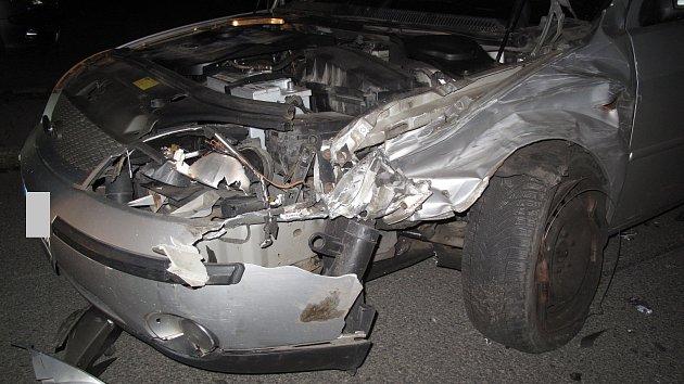 K nehodě osobních vozidel došlo před hasičskou zbrojnicí