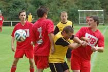 Fotbalisté Horní Bečvy (v červeném). Ilustrační foto.