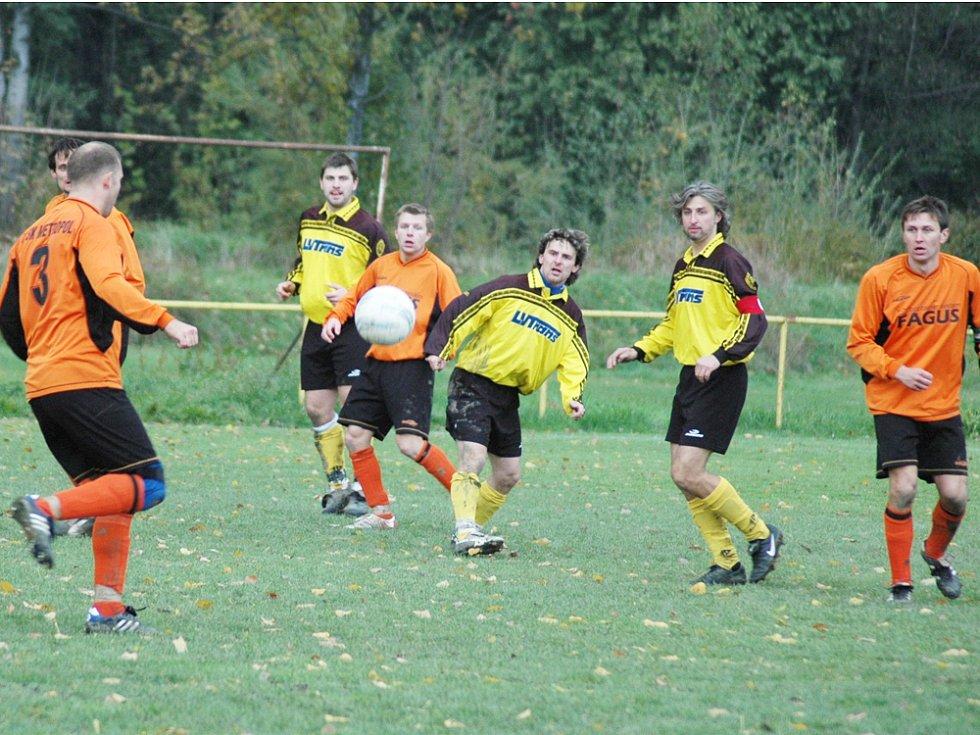 Fotbalisté Hrachovce (žluté dresy)