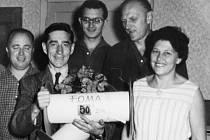 Na archivním snímku pan Fuka se svými spolupracovníky při příležitosti jeho životního výročí. Vpravo jeho dlouholetá spolupracovnice – fotolaborantka Filomena Havlišová.