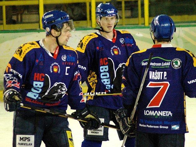 Až poslední kolo základní části určí, koho dostanou hokejisté Valašského Meziříčí (zleva Pavel Šebesta, Robin Kovář a Přemysl Vašut) a tým Vsetína.