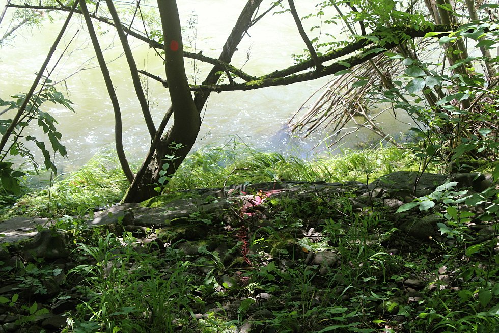 Místo, kde hasiči vytáhli druhého utonulého leží po proudu přesně dva kilometry od jezu.