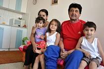 Někdejší předák vsetínských romů dvaašedesátiletý Koloman Gádžor se potýká s dluhy a trápí jej zdravotní problémy. Kvůli tíživé finanční situaci musela pětičlenná rodina prodat takřka veškerý nábytek.