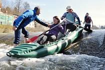 Vsetínští vodáci při tradičním jarním otevírání řeky Vsetínské Bečvy a křtu nových lodí.