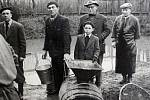 RYBÁŘI. Do padesátých let bylo rybářské právo vykonáváno prostřednictvím rybářských družstev. Rybáři z Hovězí ovládali povodí Bečvy po vsetínský splav pod Bečevnou a Senici od Lužné po Ústí. Členové se podíleli na zarybnění toků - zbudovali Výtěrové střed