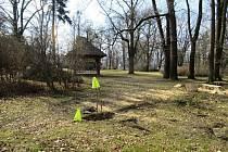 V parku Kinských ve Valašském Meziříčí se propadla půda. Dutina ukrývala starou drenážní šachtu; březen 2021