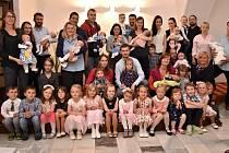 Společná fotografie rodičů a dětí z vítání občánku v obřadní síni radnice ve Valašském Meziříčí