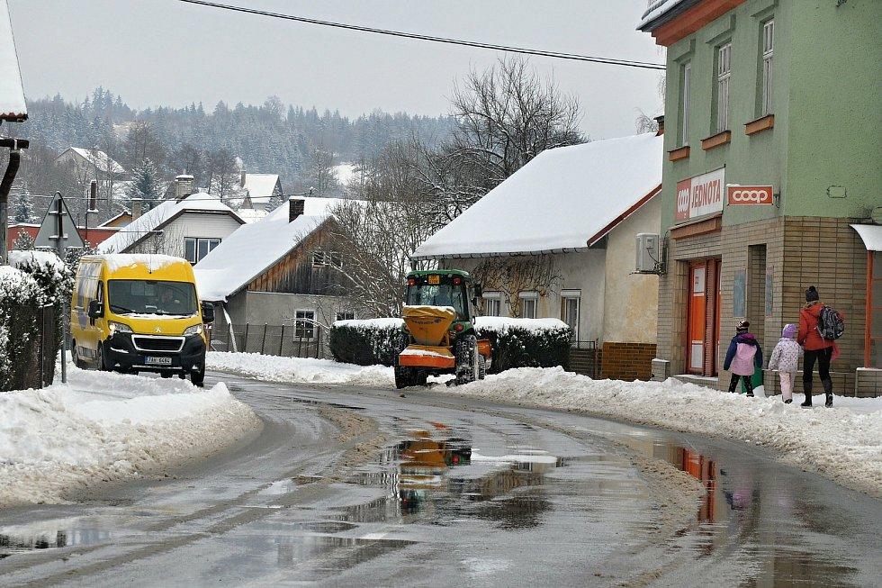 Technika odklízí sníh z chodníků v Hošťálkové; pondělí 8. února 2021