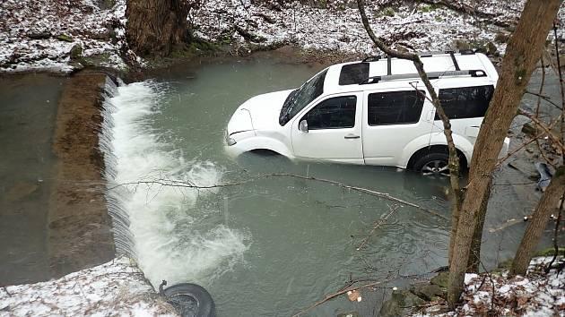 Hasiči ve Vsetíně odstraňují následky dopravní nehody, při které se zranil řidič osobního vozu Nissan. S autem sjel do potoka; úterý 16. března 2021