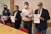 Zástupci politických stran podepsali v pátek 16. října 2020 koaliční smlouvu. Zleva Vratislav Krejčíř (Piráti), Jiří Ott (ČSSD), Stanislav Blaha (ODS) a Radek Doležel (ANO).