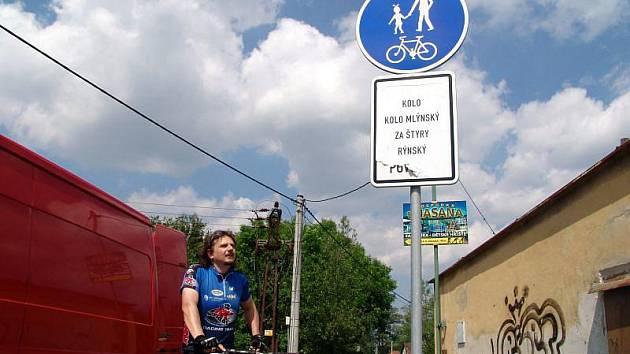 V Rožnově pod Radhoštěm někdo přelepil dopravní značení.