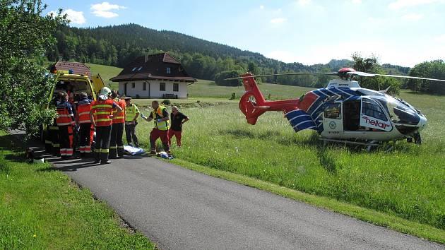 Nehoda motorky v Prostřední Bečvě si vyžádala jeden lidský život. Vrtulník přiletěl na místo události dvakrát.