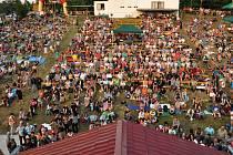 Zaplněný amfiteátr letního kina v Bystřičce při programu úvodního dne 14. ročníku festivalu country a bluegrassové hudby Starý dobrý western v Bystřičce na Vsetínsku. Bystřička, Vsetínsko, pátek 3. srpna 2012