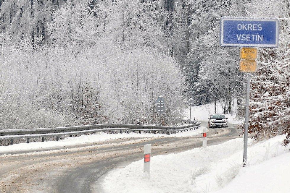 Na silnici na Trojáku na pomezí Vsetínska a Kroměřížska ležely v pondělí dopoledne zbytky rozježděného sněhu.