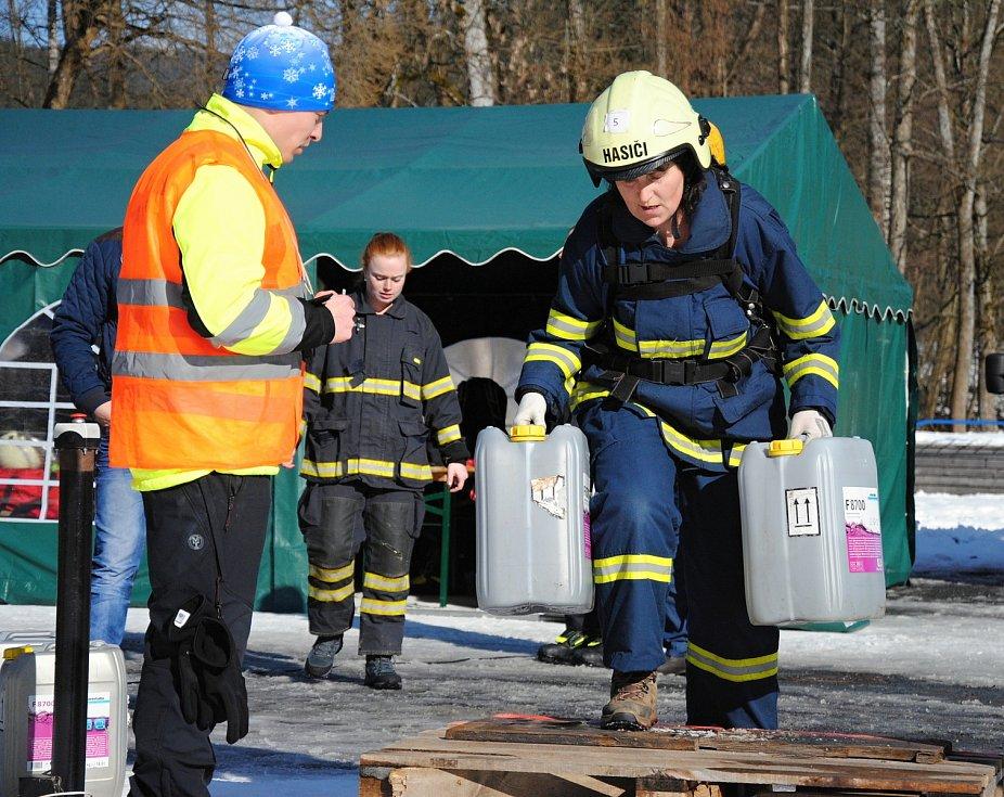 Hasička Zdeňka Mrňková na trase závodu Zimní železný hasič pod sjezdovkou Razula ve Velkých Karlovicích; neděle 1. března 2020