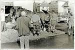 U KOVÁRNY. Kování obecních koní z roku 1972 pod dohledem kočího Jozefa Kamase.