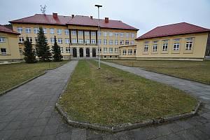 Hovězí - základní škola. ZŠ Hovězí je devítiletá škola od druhého stupně spádová i pro sousední obce Zděchov a Huslenky. Její kapacita pěti set žáků je nyní naplněná zhruba z poloviny.