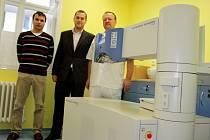 Lékaři ve Vsetínské nemocnici ve středu převzali nejmodernější excimer laser pro operace očí. První operace by chtěli stihnout ještě v říjnu.