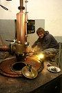 Pálenice v Hovězí. Na snímku Michal Kovář opravuje kotel.