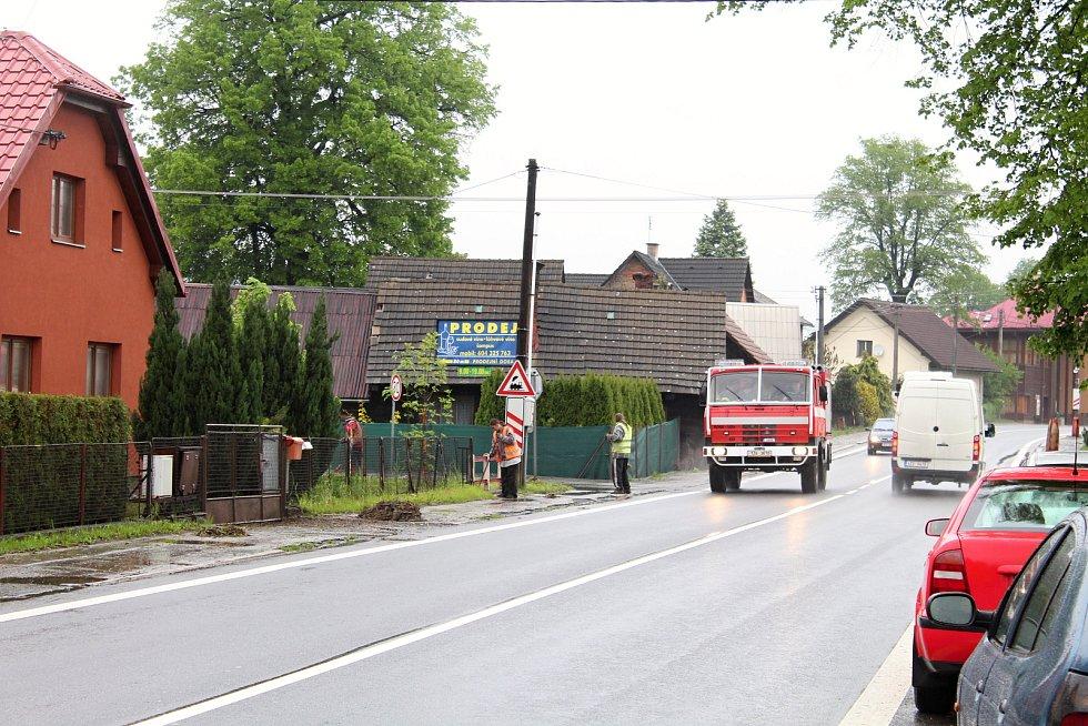Obyvatelé Ústí u Vsetína likvidují 23. května 2019 následky velké vody. Den před tím zatopila zahrady i sklepy.