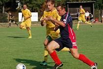 Fotbalisté Lidečka (tmavší dresy) si v 1. kole Pohára hejtmana vyšlápli na Karlovice, které hrají o dvě soutěže výše.
