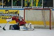 Šesté kolo kvalifikace o WSM ligu, zápas mezi týmy HC Vlci Jablonec nad Nisou a VHK ROBE Vsetín, se odehrálo 13. dubna na zimním stadionu v Jablonci nad Nisou. Na snímku brankář Jiří Stejskal.