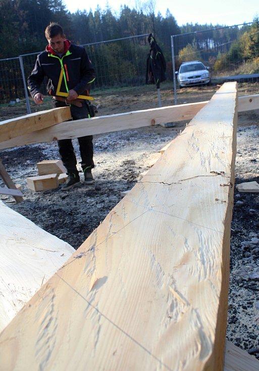 Parta tesařů z Hošťálkové a okolí staví repliku vyhořelého kostela, který stával v třinecké místní části Guty. Koncem října 2019 se pustili do krovů. Na snímku Daniel Růžička.