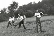 Kosení louky. Valašsko okolo poloviny 20. století.