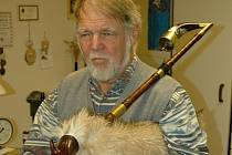 Pavel Číp ze Zubří vyrábí staré lidové hudební nástroje. V roce 2008 získal titul Nositel tradice lidového řemesla.