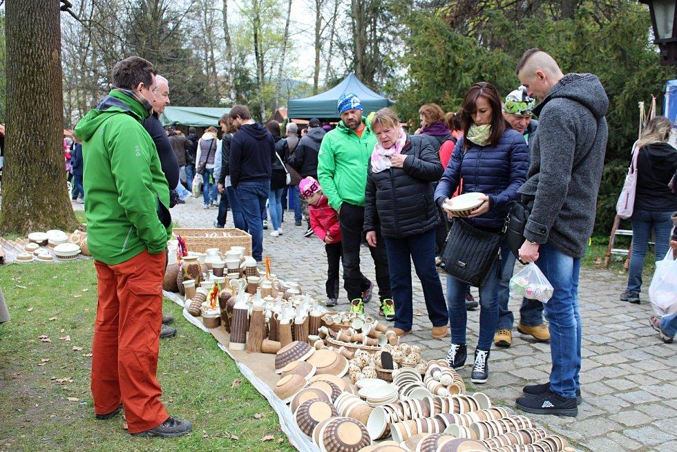 První den třídenního programu Velikonoce na Valašsku ve Valašském muzeu v přírodě v Rožnově pod Radhoštěm přilákal tisíce lidí. Všichni návštěvníci měli možnost zhlédnout tradiční zdobení kraslic či pletení pomlázek. Nakoupit mohli nepřeberné množství výr