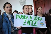 Krátkým happeningem si studenti valašskomeziříčského gymnázia v pátek 15. listopadu 2019 připomněli první dny Sametové revoluce ve svém městě, od reakcí na potlačení studentské demonstrace 17. listopadu 1989 v Praze po generální stávku, jež o deset dní po