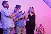 Vsetínská šansoniérka Kateřina Mrlinová pokřtila 13. června 2019 na vsetínském zámku debutové album s názvem Život je chlap. Kmotrem byl Dušan Trličík (uprostřed).