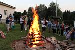 Lidé jsou shromáždění kolem vatry v areálu Hvězdárny Vsetín při akci Svatojánský oheň; pátek 21. června 2019
