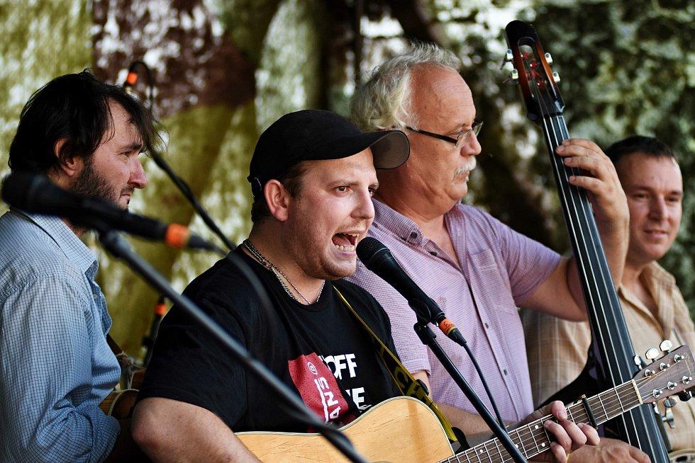 Na 22. ročníku festivalu Starý dobrý western v Bystřičce na Vsetínsku nebude ve dnech 6. - 8. srpna 2021 chybět ani stálice české country a bluegrassové scény - kapely Poutníci (na snímku při vystoupení v roce 2015)