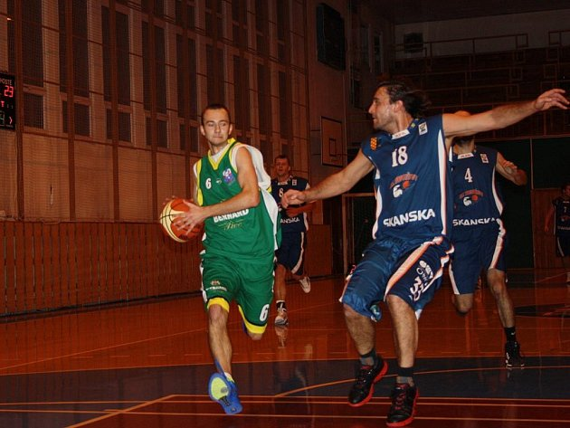 Oblastní přebor střední Moravy, 8. kolo: basketbalisté KK Jasenice (zelené dresy) porazili Prostějov C 69:58.