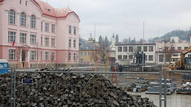 Na náměstí Svobody ve Vsetíně nyní provádí dělníci pouze udržovací práce terénu.