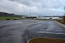 Nové parkoviště v Palackého ulici ve Valašském Meziříčí slouží motoristům, pojme 108 aut.