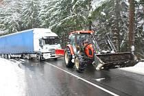 Kamiony musel vytáhnout místní traktorista.