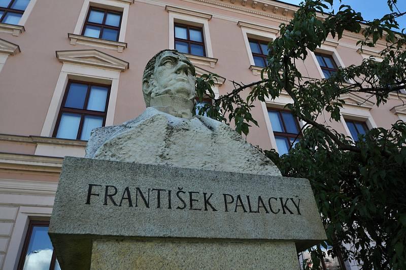 Valašské Meziříčí - busta Františka Palackého před gymnáziem, které nese jeho jméno