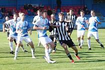 Fotbalisté Vsetína (modrobílé dresy) si poradili s Holešovem 2:0. Velkou roli při tom hrál Valdemar Durmon.