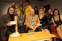 NA SCÉNĚ. V minulé sezoně přišli vsetínští divadelníci s komedií Manželský poker. Letos chystají dvě premiéry.