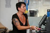Michaela Dřevojánková prodává na čerpací stanici v Luhu ve Vsetíně.