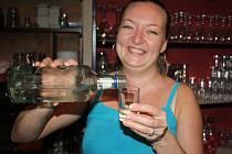 V restaurace baru U Lva ve Vsetíně tvrdý alkohol už nalévají. První nápor štamgastů čekají až večer.