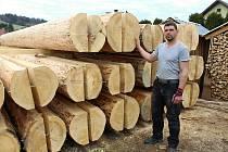 Řemeslníci zpracovávají na jaře 2018 stovky kubíků dřeva na stavbu kostela v Gutech. Majitel firmy Antonín Papšík ukazuje neobvyklý rozměr jedlové půlkulatiny, ze které budou stěny kostelíku.