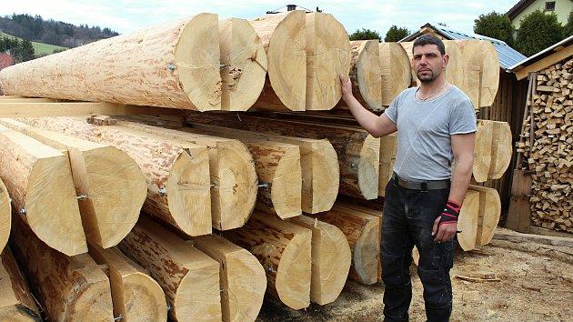 Řemeslníci zpracovávají na jaře 2018 stovky kubíků dřeva