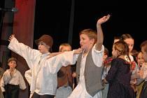 Slavnostním galavečerem nazvaným Hrajeme si v čase vyvrcholily v sobotu 14. listopadu v Domě kultury ve Vsetíně oslavy šedesátého výročí založení domácího dětského souboru valašských písní a tanců Malá Jasénka.