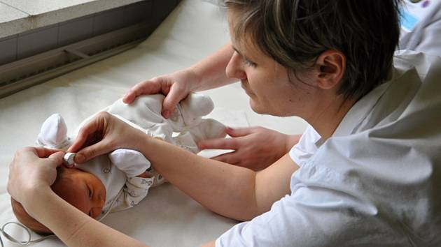 Zdravotníci ve vsetínské nemocnici vyšetřují sluch novorozence.